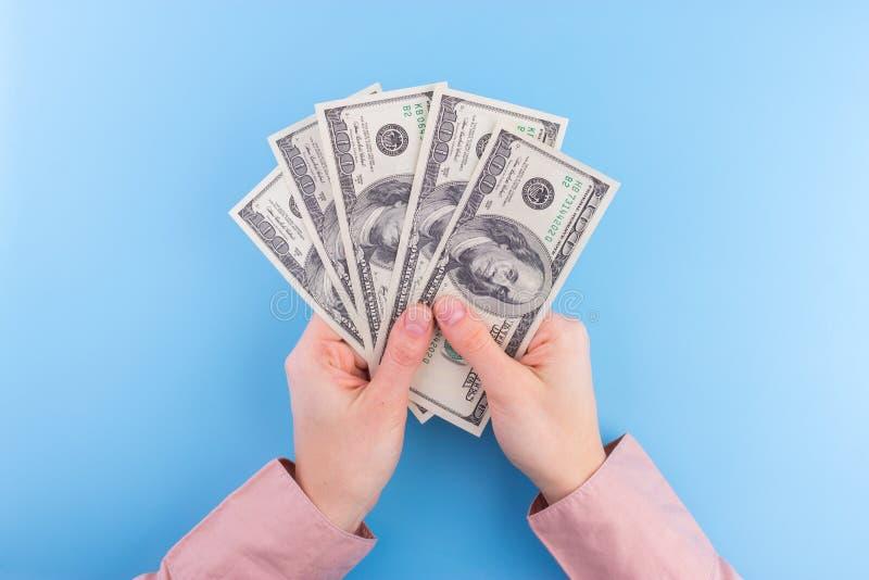 Notas de dólar da posse da mão fotos de stock royalty free