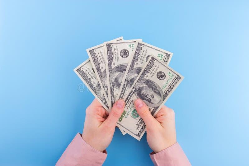 Notas de dólar da posse da mão fotografia de stock