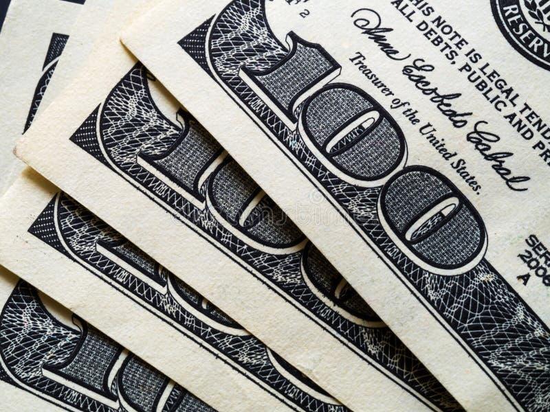 100 notas de dólar empilhadas na tabela, close-up fotos de stock