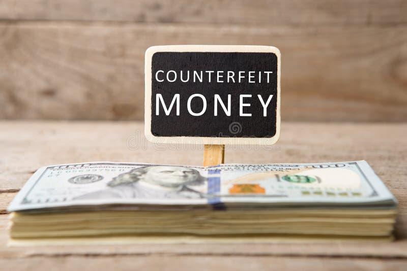 Notas de dólar, quadro-negro com texto imagem de stock royalty free