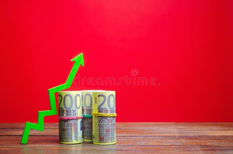 Notas de euro e seta verde para cima O conceito de uma empresa bem-sucedida Aumentar lucros e capital Crescimento de Orçamento e  foto de stock