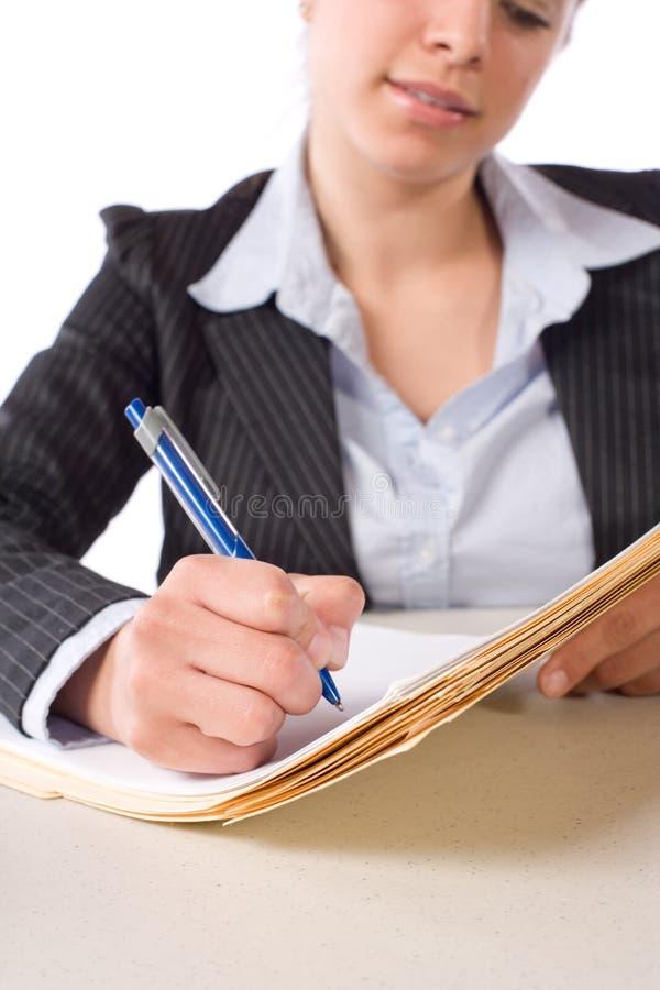 Notas de la escritura de la mujer de negocios en el escritorio imagen de archivo libre de regalías