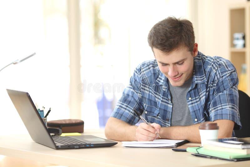 Notas de la escritura del estudiante en un cuaderno imágenes de archivo libres de regalías