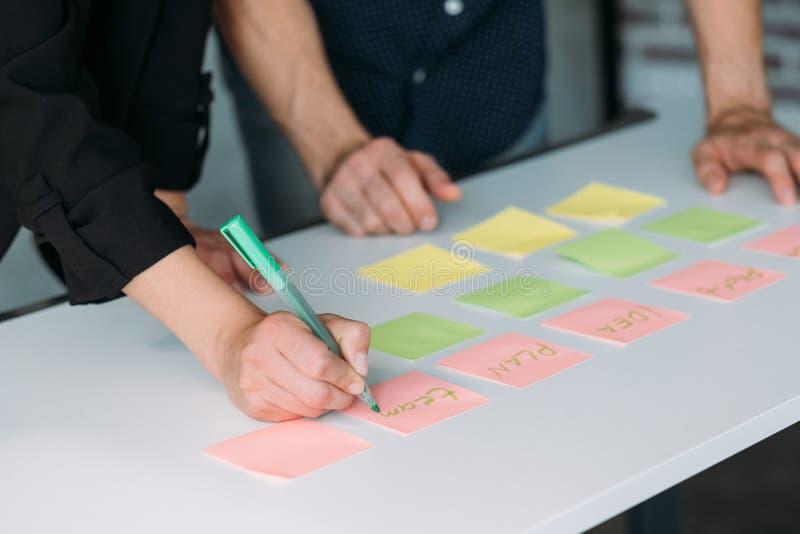 Notas de la escritura de la oficina de Coworking que planean trabajo en equipo foto de archivo