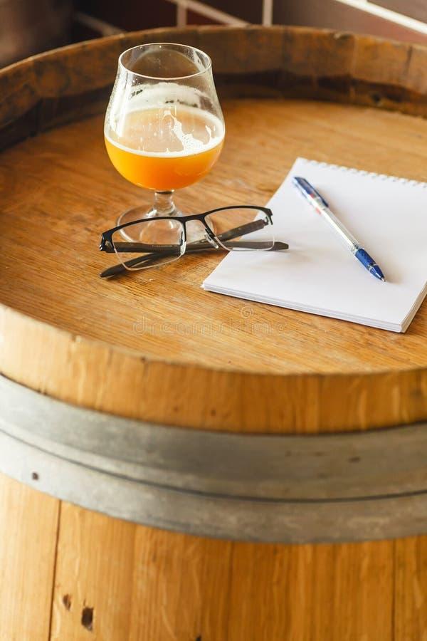 Notas de la prueba de la cerveza inglesa del trigo imagenes de archivo
