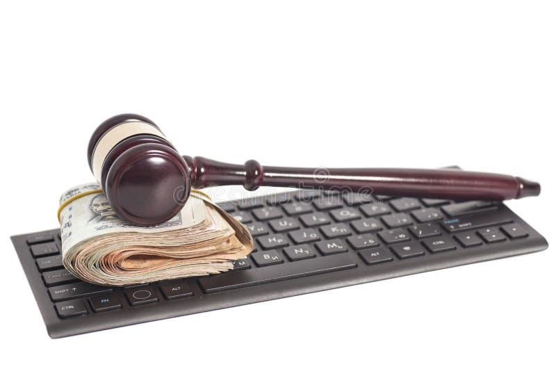 Notas de la rupia de la moneda y mazo indios de la ley en el teclado de ordenador imagen de archivo libre de regalías