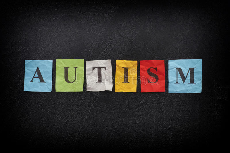 Notas de papel coloridas com palavra o autismo foto de stock