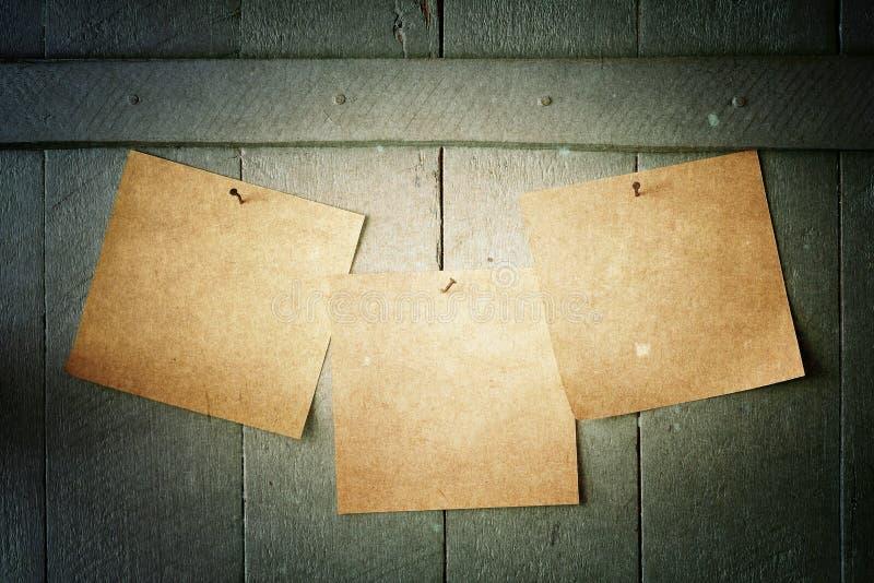 Notas de papel del vintage sobre la pared foto de archivo libre de regalías