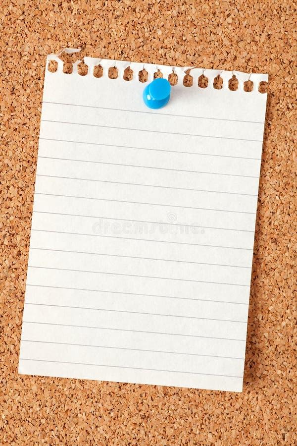 Notas de papel na placa da cortiça imagem de stock