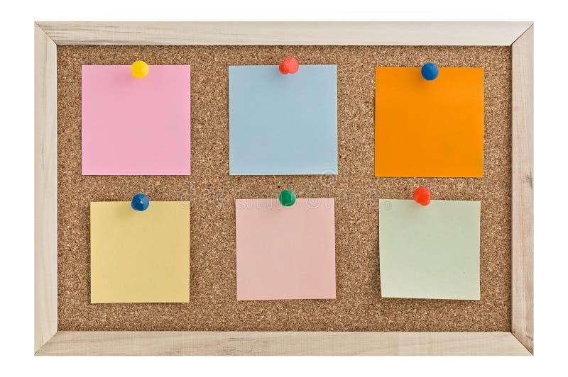 Notas de post-it em uma placa da cortiça foto de stock royalty free
