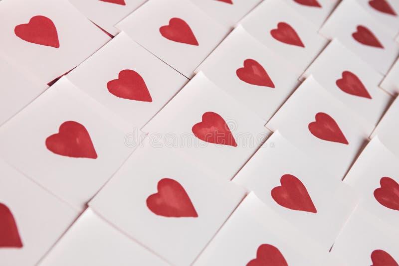 Notas del amor Fondo para el diseño con el fondo rojo de los corazones con los corazones rojos Modelo fotos de archivo