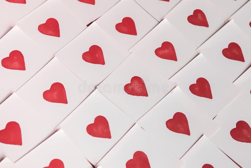 Notas del amor Fondo para el diseño con el fondo rojo de los corazones con los corazones rojos Modelo imagen de archivo libre de regalías