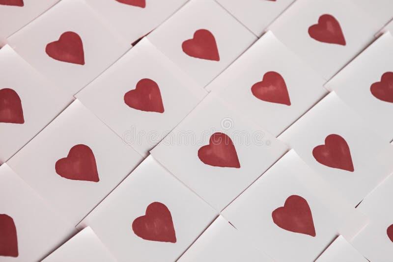 Notas del amor Fondo para el diseño con el fondo rojo de los corazones con los corazones rojos Modelo foto de archivo