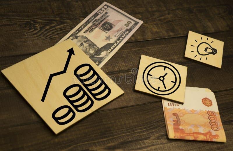 100 notas del dólar con el gráfico como el fondo fotografía de archivo