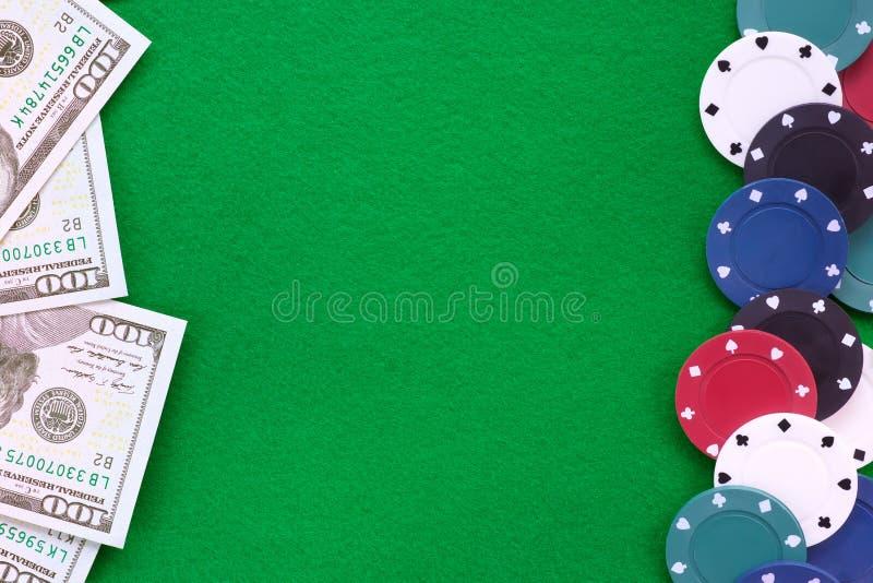 Notas do dólar e microplaquetas de pôquer no fundo de feltro do verde fotos de stock