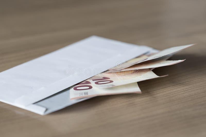 Notas do Euro em um envelope fotografia de stock royalty free