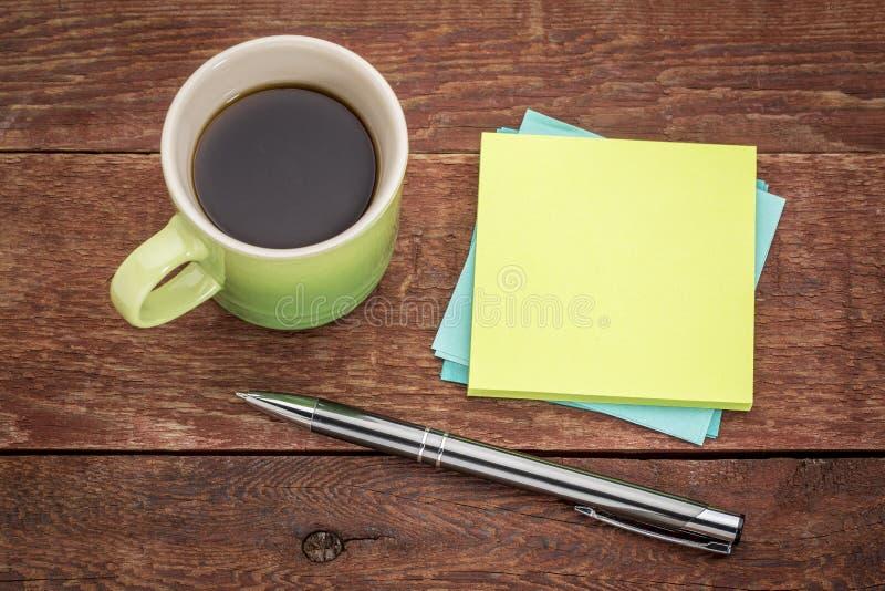 Notas e café pegajosos vazios imagens de stock royalty free
