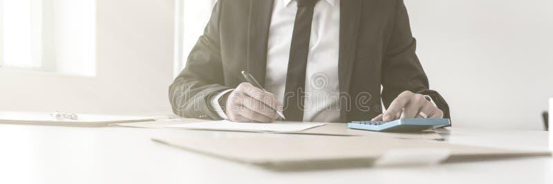 Notas e funcionamento da escrita do contador com uma calculadora manual imagens de stock royalty free