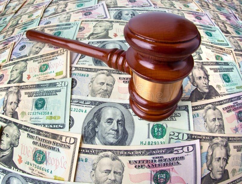 Notas e Gavel da moeda do dólar imagens de stock royalty free