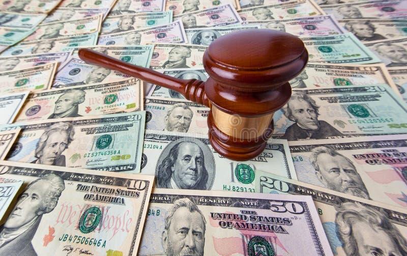 Notas e Gavel da moeda do dólar fotografia de stock