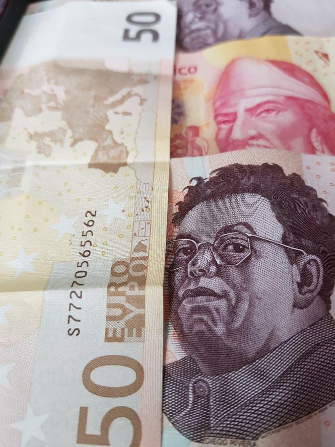 50 notas euro y 1100 Pesos de México, de fondo y de textura imagen de archivo libre de regalías