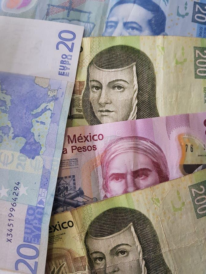 20 notas euro y 470 Pesos de México, de fondo y de textura imagen de archivo libre de regalías