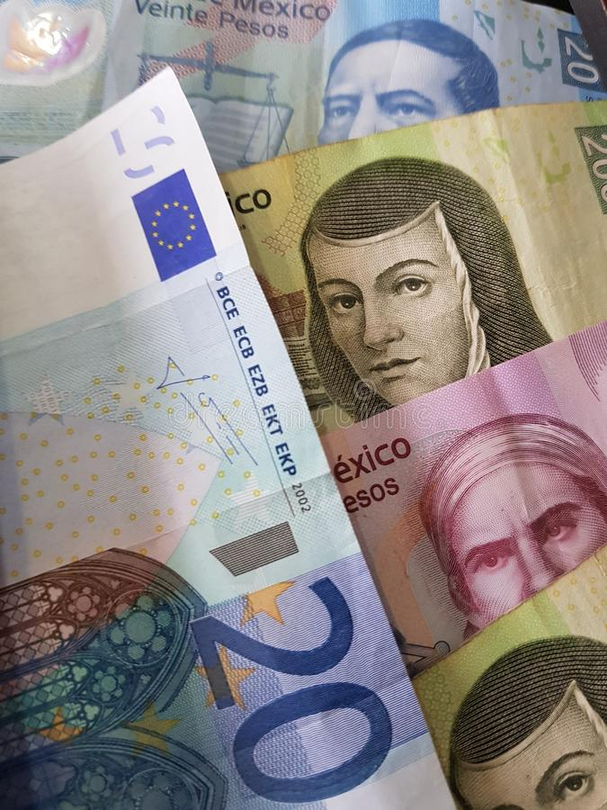 20 notas euro y 470 Pesos de México, de fondo y de textura imágenes de archivo libres de regalías