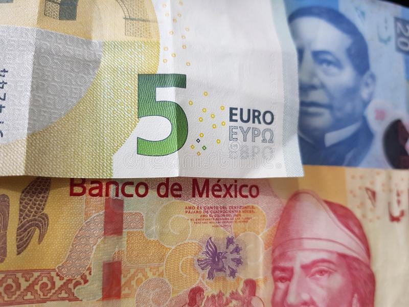 5 notas euro y 120 Pesos de México, de fondo y de textura fotografía de archivo