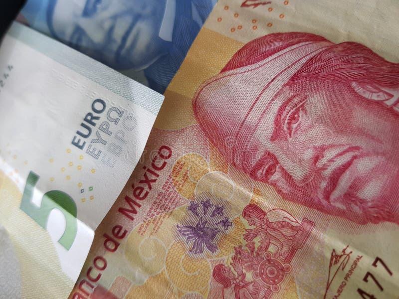 5 notas euro y 120 Pesos de México, de fondo y de textura imagen de archivo