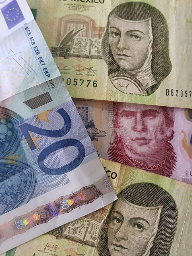 20 notas euro y 450 Pesos de México, de fondo y de textura fotos de archivo libres de regalías