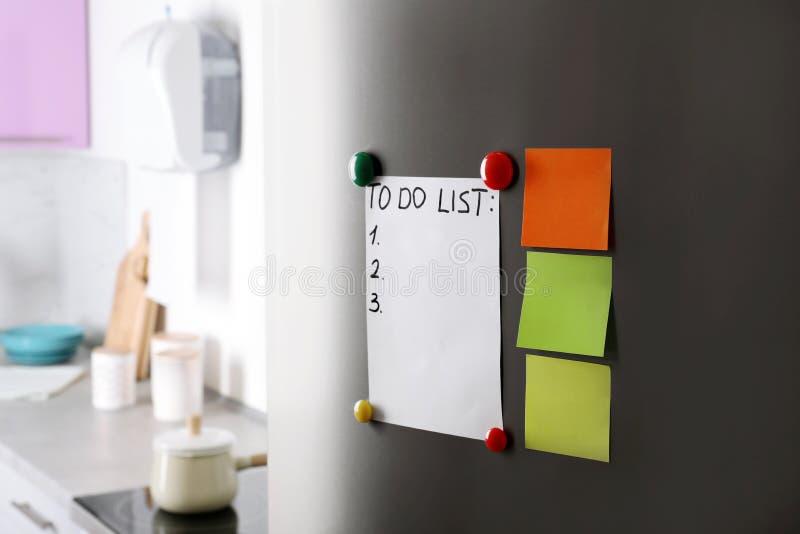 Notas, lista de afazeres e ímãs de papel fotos de stock royalty free