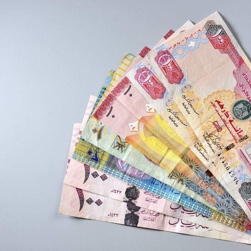 Notas misturadas da moeda dos países do GCC Imagem conservada em estoque foto de stock royalty free