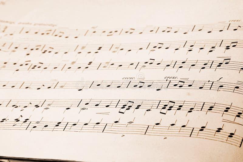 Notas musicais no livro de música velho imagem de stock