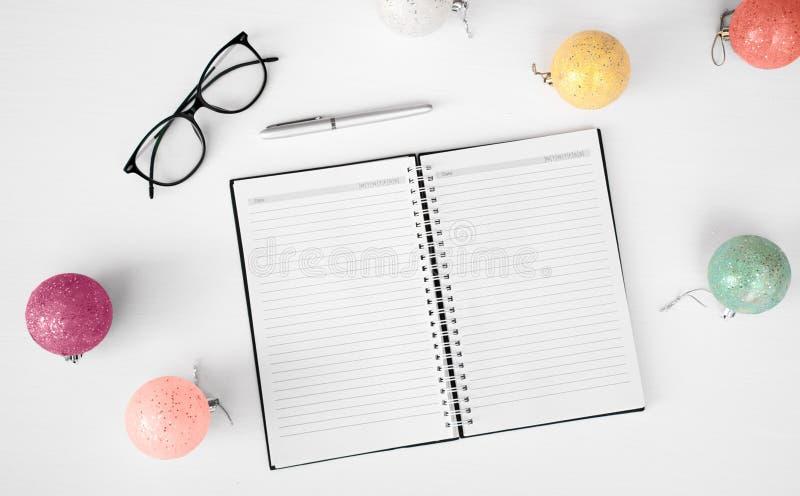 Notas para hacer el fondo de la composición de la Navidad de la lista wallpaper, los conos del pino, bolas de la decoración, en e imágenes de archivo libres de regalías