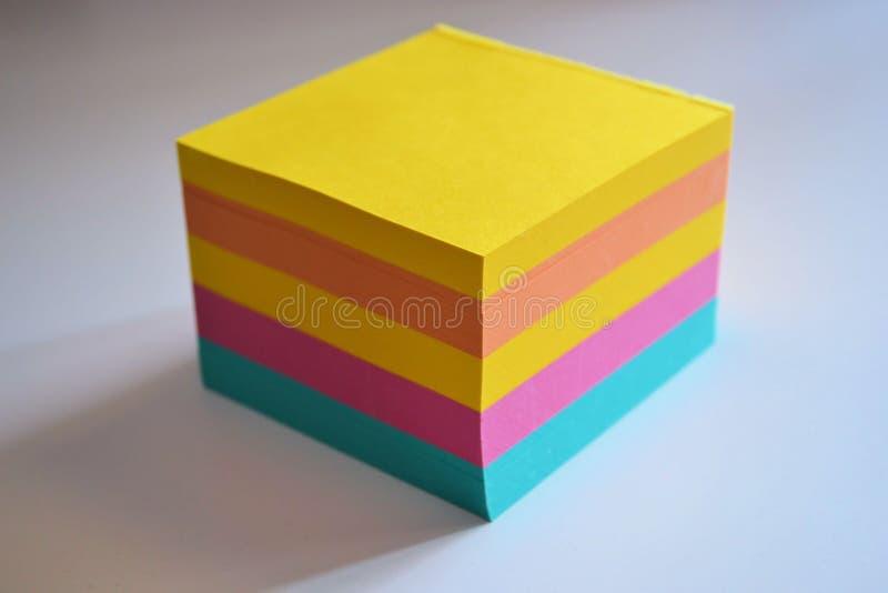 Notas pegajosas coloridas da almofada de memorando fotografia de stock royalty free