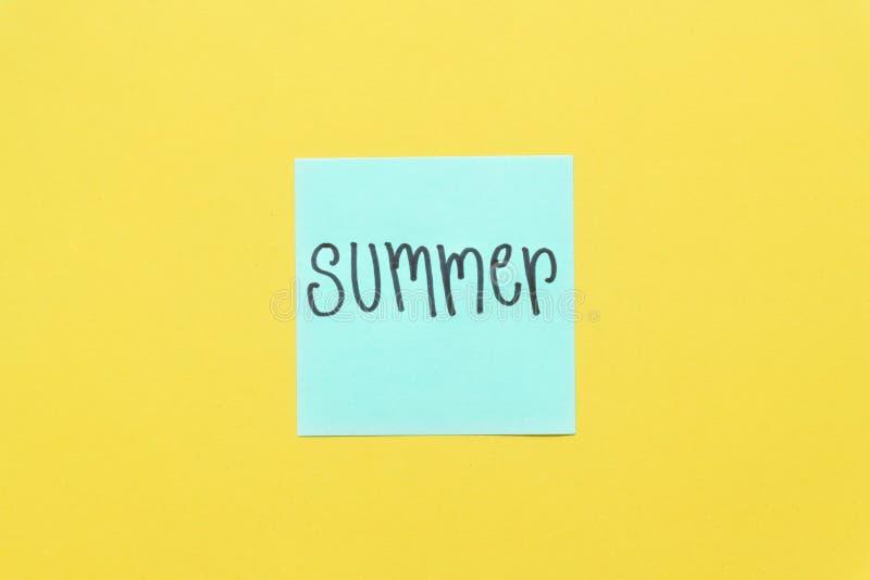Notas pegajosas coloridas del verano sobre un espacio amarillo libre del fondo foto de archivo libre de regalías