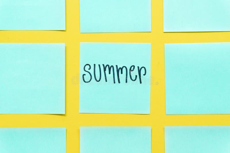 Notas pegajosas coloridas del verano sobre un espacio amarillo libre del fondo fotos de archivo