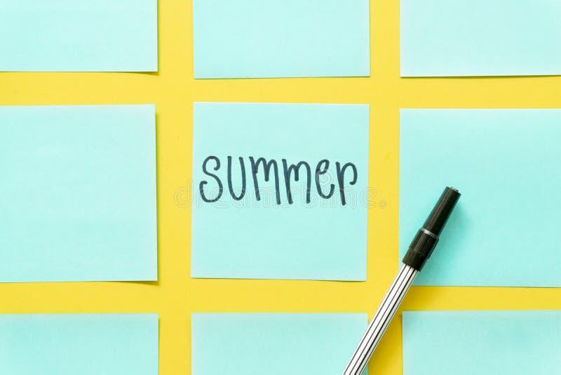 Notas pegajosas coloridas del verano sobre un espacio amarillo libre del fondo fotografía de archivo libre de regalías