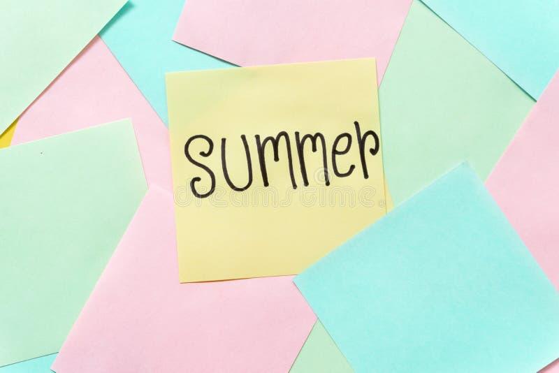 Notas pegajosas coloridas del verano sobre un espacio amarillo libre del fondo imagenes de archivo