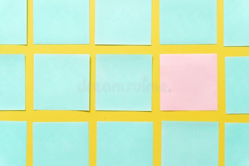 Notas pegajosas coloridas em um espa?o amarelo livre do fundo imagem de stock royalty free