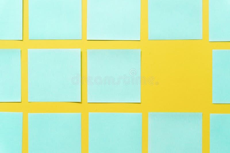 Notas pegajosas coloridas em um espa?o amarelo livre do fundo imagens de stock