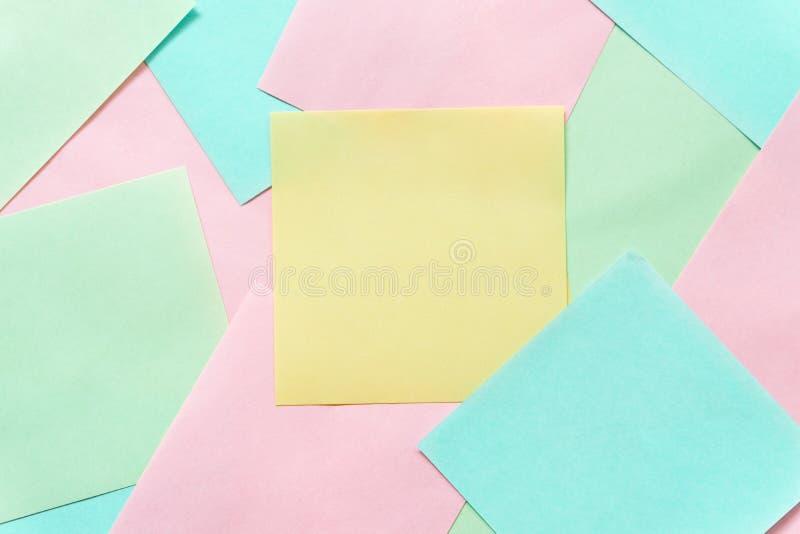Notas pegajosas coloridas em um espa?o amarelo livre do fundo imagens de stock royalty free