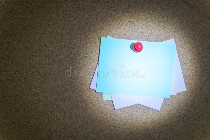 Notas pegajosas coloridas sobre tablón de anuncios del corcho fotos de archivo libres de regalías