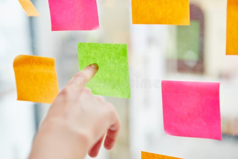 Notas pegajosas que ayudan en la toma de decisión fotografía de archivo