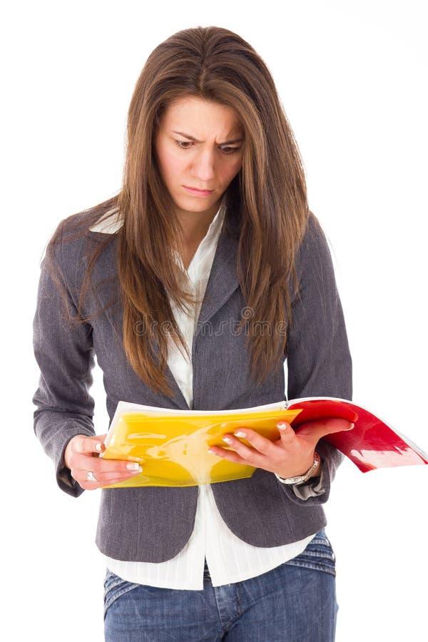Notas surpreendidas da leitura da mulher fotografia de stock