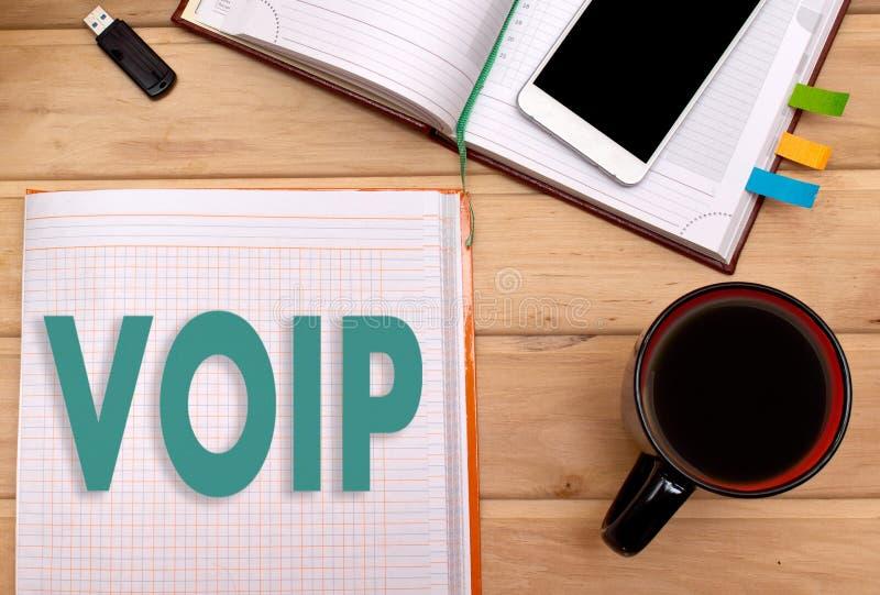 Notas VOIP no bloco de notas na mesa de um homem de negócios foto de stock royalty free