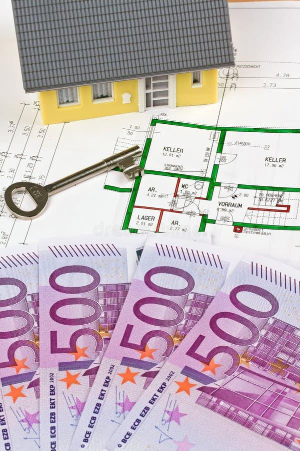 Notas y plan euro de una casa fotos de archivo