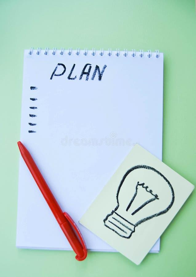 Notastootkussen, een blad, een pen, een groene lijst stock afbeeldingen
