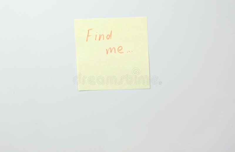 Notatka na żółtych majcheru papieru prześcieradłach z słowami znajduje ja obraz stock