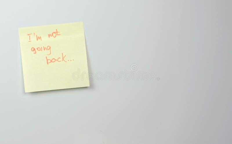 Notatka na żółtym majcheru papierze ciąć na arkusze z słowami no iść z powrotem fotografia royalty free
